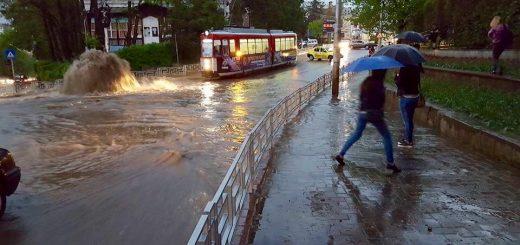 Foto: http://www.libertatea.ro/ultima-ora/iasiul-paralizat-dupa-o-ploaie-torentiala-vezi-imaginile-dezastrului-1451599