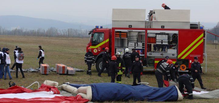 Imagini de la exercitiul realizat in cooperare cu Aeroportul International Iasi si alte structuri locale, pentru gestionarea unei situatii de urgenta generate de un accident aviatic cu victime multiple.